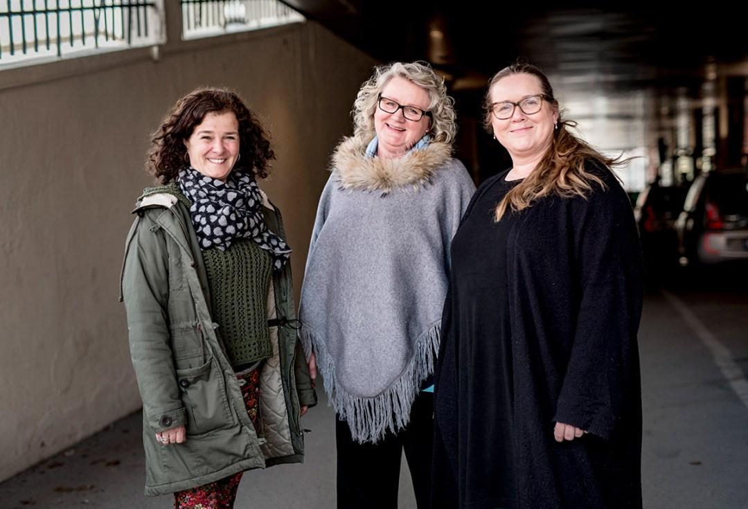 3 damer står i en gruppe utendørs, Merete Blumensaadt og Litz Akervold fra Bærum, og Mona Isberg fra Trondheim