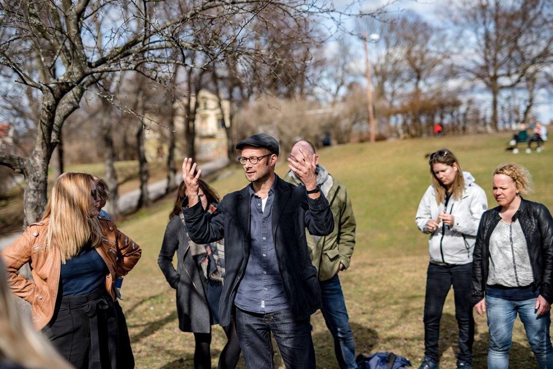 En instruktør instruerer en gruppe Mindfulness-studenter i en park