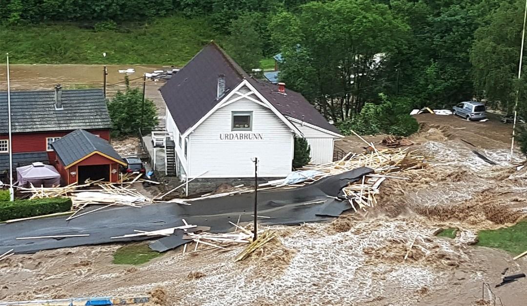 Dette bildet ble tatt tidlig i flommen, og grunnmuren her ble stående.
