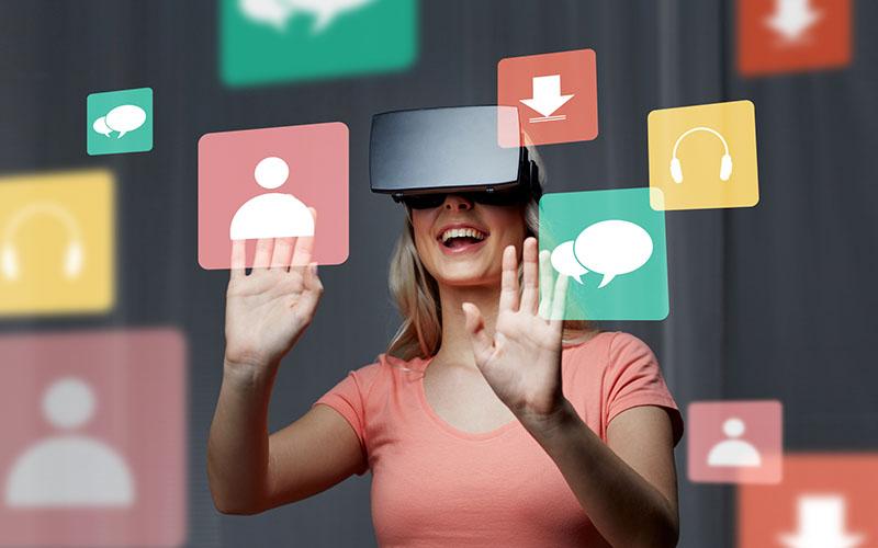 Kvinne med VR-briller