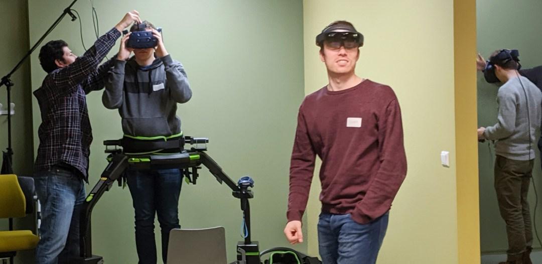 Folk med VR briller i VR-labben