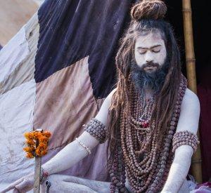 Allahabad Kumbha Mela Sadu v meditaciji