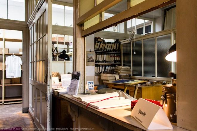 Die Zentrale ist heute wie damals der Empfang des Hauses. Museumsbesucher betreten wie damals Vertreter oder Lieferanten die Wäschefabrik.