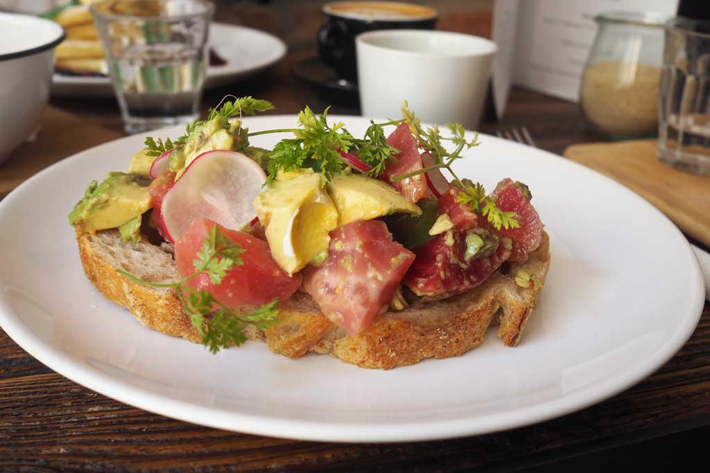 Avocadobrot in Distrikt Coffee Berlin