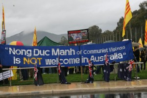 The Vietnamese Australian Community protest the arrival of Nông Đức Mạnh.