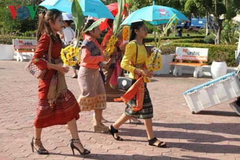 Thiếu nữ Lào dự lễ Thạt Luổng.