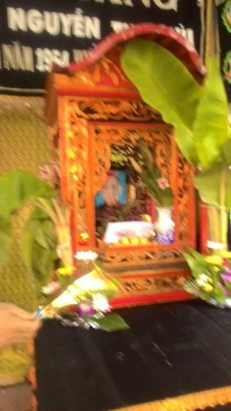 Bàn thờ tang lễ của Sư Bình tại nhà quàn