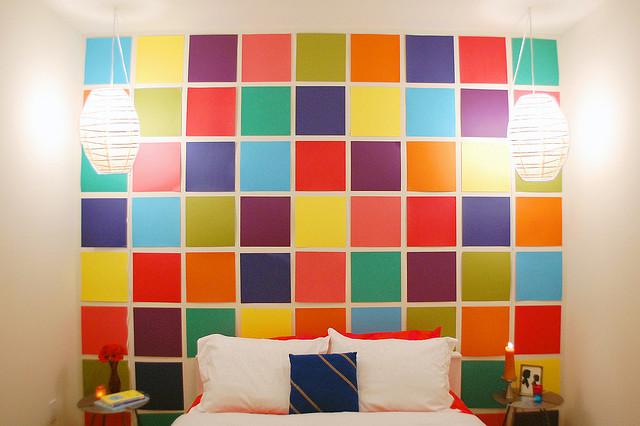 2 τρόποι για να αλλάξετε το βαρετό χρώμα του τοίχου χωρίς να βάψετε