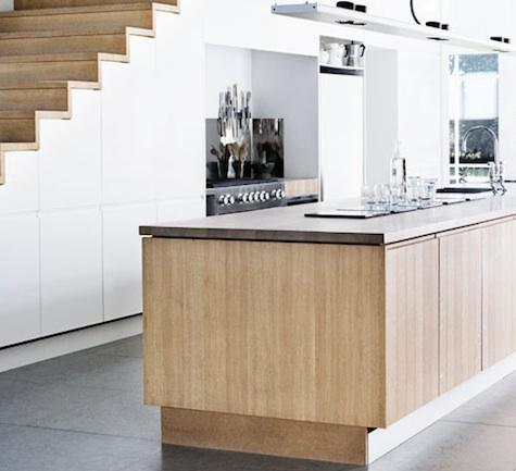 Κουζίνα κάτω από την σκάλα.