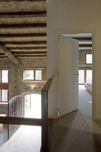 Modern_decor_in_a_rural_residence-11