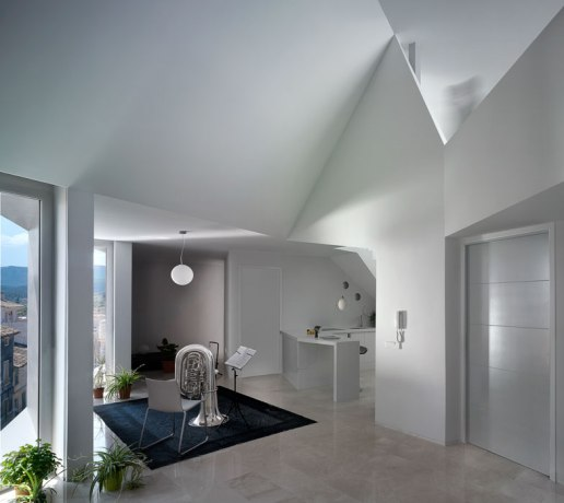 Modern_apartment_building_on_traditional-07