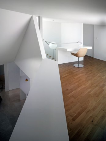 Modern_apartment_building_on_traditional-08