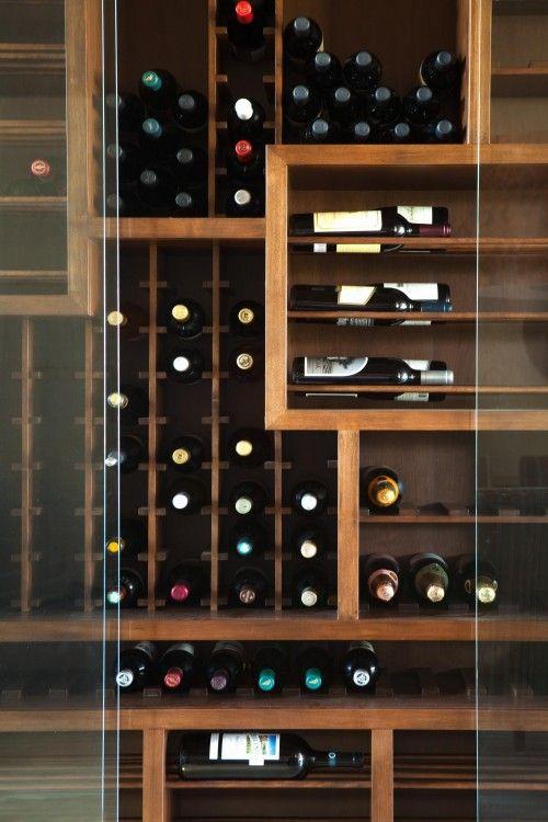 Οι διάδρομοι συνήθως είναι σκοτεινοί, έτσι για κάποιον που έχει πάθος με τα κρασιά μπορεί να μετατραπεί σε κελάρι.
