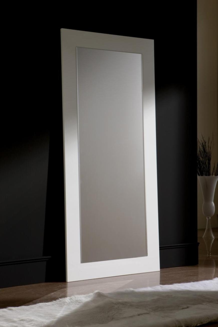 Οι καθρέφτες είναι πάντα μια λύση για να δώσουν την ψευδαίσθηση του διευρυμένου χώρου, αυτό ισχύει ακόμη περισσότερο για έναν διάδρομο. Προτιμότερο ένας υπερβολικός καθρέφτης πλήρους ύψους.