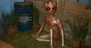 Representação em tamanho real da suposta criatura de Varginha exibida em feira de anima tronco em São Paulo (arquivo)