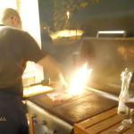 Kavereilla kokkaamassa, grilli kuumana hangen keskellä