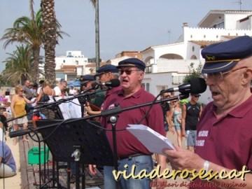 José Luís García, en primer terme, cantant havaneres en la Festa del Pescadors de Roses al juny passat