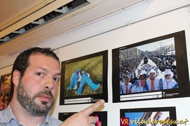 José Roy assenyalant la seva obra guanyadora 'Déu visita el Carnaval'