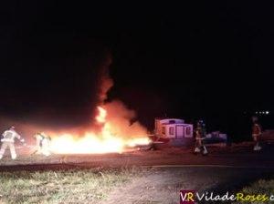 Es crema una embarcació amarrada al Port Canadell de Santa Margarida