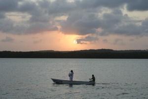 Jurandy tocando para o pôr do sol no Jacaré