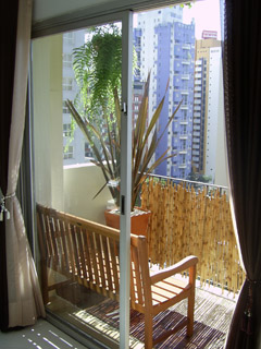 Sacada com móveis e decks da Butzke com revestimento de bambu