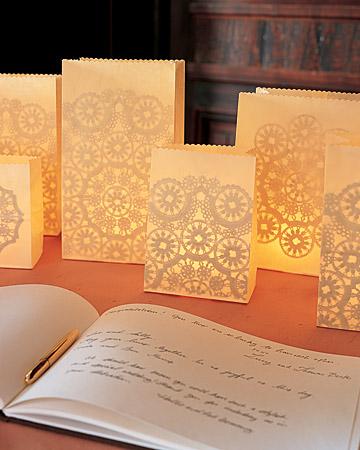 Sacos rendados com velas votivas