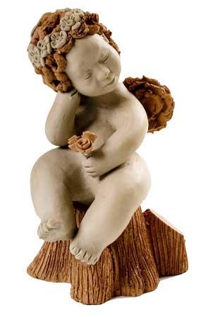 Anjinho sentado no tronco, em cerâmica