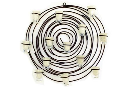Mandala em espiral com 13 copos de velas, em ferro
