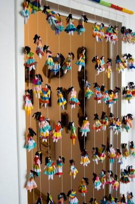 A cortina de bruxinhas da Associação Boneca Esperança, mais de perto