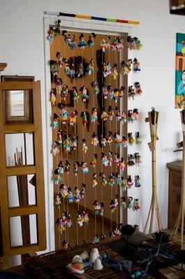 A cortina de bruxinhas da Associação Boneca Esperança, vista de longe