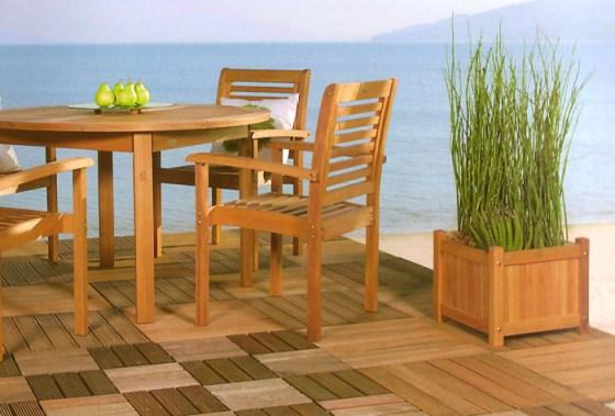 Deck de madeira da Butzke com móveis e floreiras.
