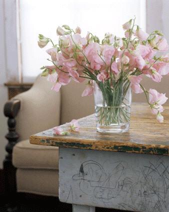 Mesa usada, aproveitada na sala de estar