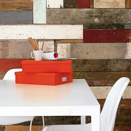 Parede com tábuas de demolição variadas, reciclando a madeira