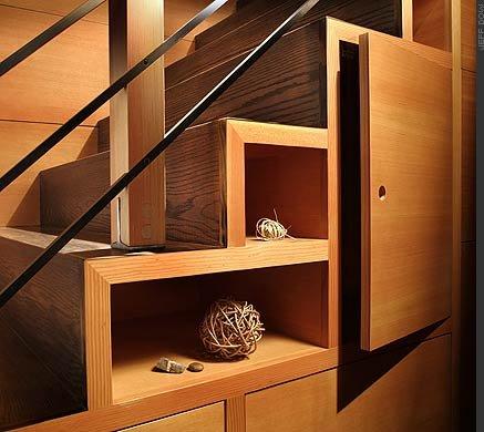 Espaço vazio dos degraus usado como gaveta, prateleira e decoração