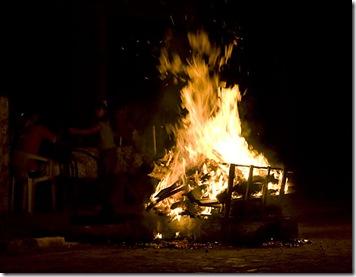 A fogueira de São João e ao fundo a família confraterniza