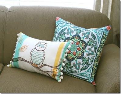 Transforme lenços em almofadas novas no sofá