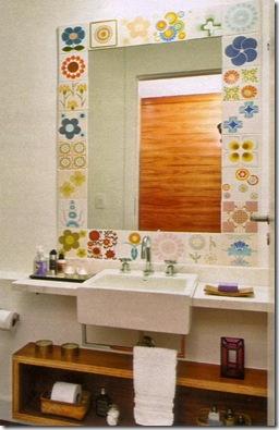 Moldura do espelho com azulejos alegres