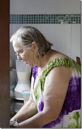 A Vó Ana na cozinha, incansável