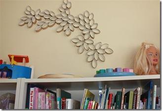 Composição com rolos de papel higiênico para o quarto das crianças