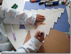 Desenhando sobre a árvore de natal