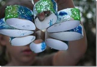 Pintando os rolos de papel higiênico com cores e brilhos
