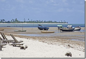 Os barcos na Praia de Acaú na maré baixa