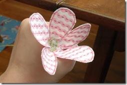 Fixe o arame na flor com cola quente