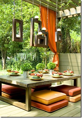 Um espaço de refeições e bate-papo com o aconchego da madeira de demolição e futons coloridos