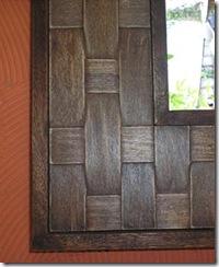 Detalhe da moldura de espelho com laminado de madeira