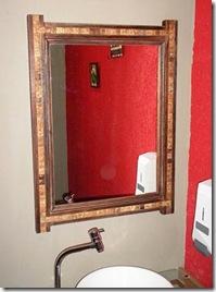 Moldura de espelho com madeira e pastilhas de coco