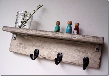 Prateleira e cabideiro com madeira reciclada