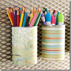 Recobertas com belos papéis coloridos as latinhas se transformam em porta-lápis graciosos