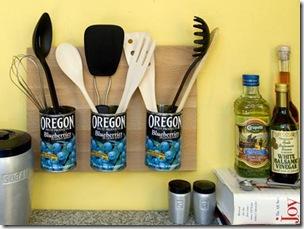 Tudo a ver com a cozinha as latas limpas que são suporte de utensílios