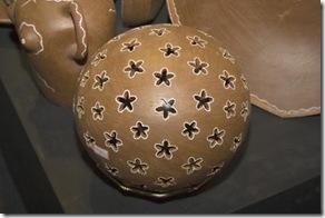 Detalhe da bola com flores em cerâmica terracota